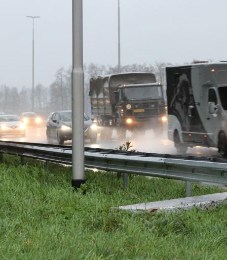 Betonnen plaat vliegt over snelweg A50 tussen Heerde en Apeldoorn en raakt auto