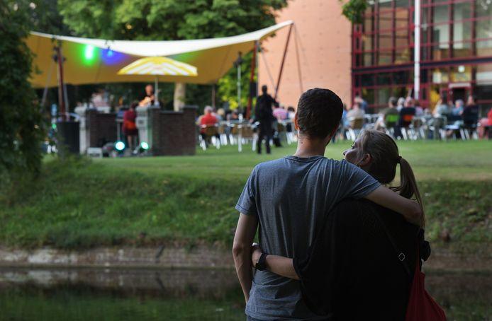 Een parkconcert van Junushoff in augustus met Harry Sacksioni.