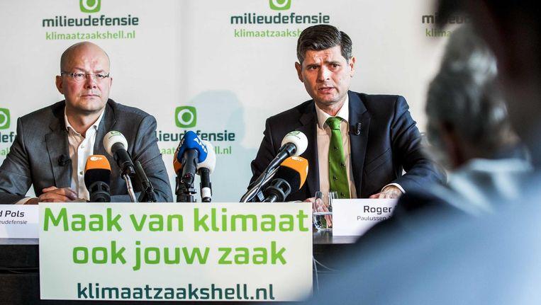 Directeur Donald Pols van Milieudefensie en advocaat Roger Cox bij de aankondiging van de juridische stappen tegen olieconcern Shell Beeld Remko de Waal/ANP
