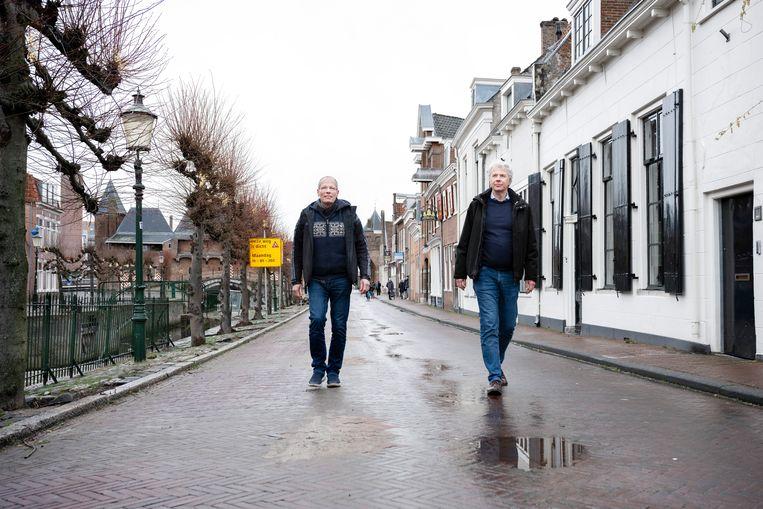 Wethouder Hans Buijtelaar (rechts) en Walrick Halewijn, voorzitter van de ondernemers in de stad, wandelen over de Grote Spui waar tot voor kort veel auto's geparkeerd stonden. Beeld Bram Petraeus