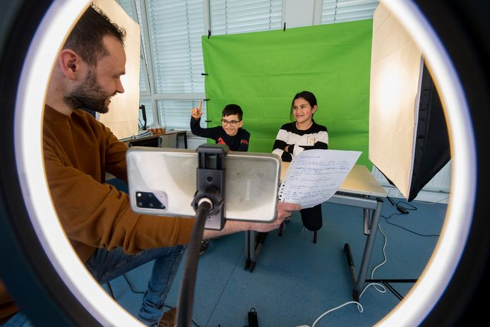 Video opnamen voor een greenscreen: docent Dami Esteban Soyer ( 33 ) bezig met de kinderen Emrah Guven ( links en 10 jaar )) en Inas Jaddi ( 10 jaar )
