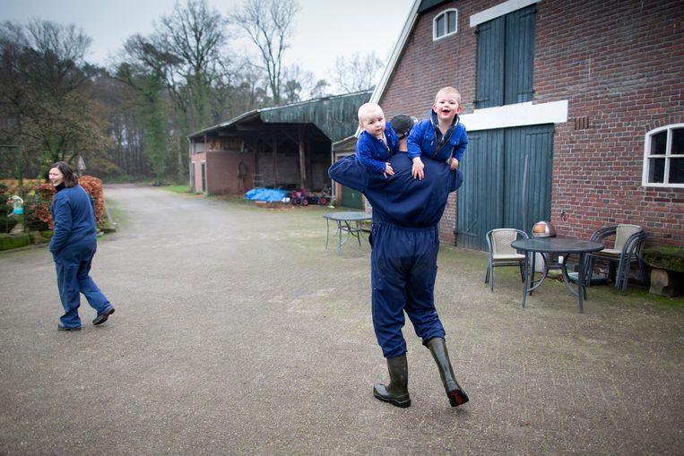 Op boerderij 't LoaBoerke van de familie Noordman gaat het werk door. De zus van Karin Meyer is druk in de uitgebreide ijssalon. Karin en haar man werken tussen de koeien met hun twee zoons.  Beeld Herman Engbers
