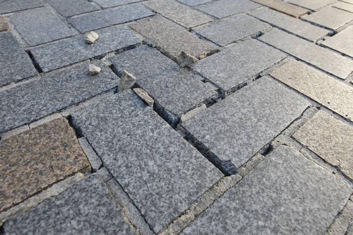 Stukken voegspecie steken tussen de klinkers van het Ameideplein uit. foto Ton van de Meulenhof