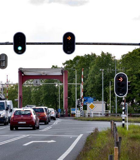 Lezersbrieven | Verkeer Beeks brug loopt al twintig jaar vast | Koffiedrinkers worden afgeschrikt op het terras