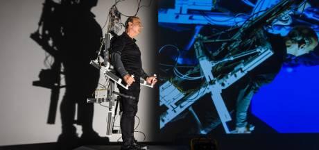 Kunstenaar (72) in robotpak beweegt urenlang op commando van publiek