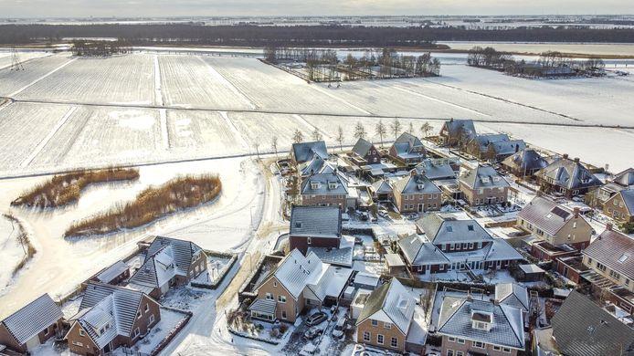 Op de weilanden tussen de woonwijk (onder) en de Noordwal (boven) wil Solarfields een zonnepark van 11 hectare aanleggen.