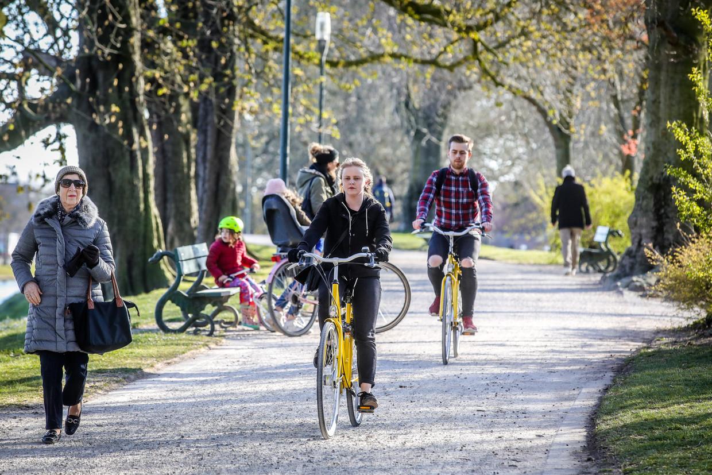 Sporten doe je best naast en niet achter elkaar zoals deze fietsers, bleek uit de studie van Bert Blocken. Beeld Benny Proot