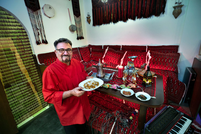 Hamid Nawobi toont enkele typische gerechten uit zijn oosterse keuken.