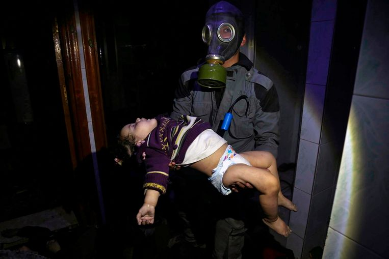 Een reddingswerker draagt een kind dat het slachtoffer zou zijn van de chloorgasaanval van het leger van Syrië op de stad Douma. Beeld ap