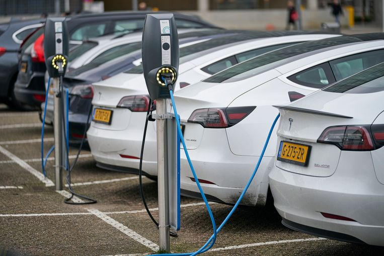 Bij de laadpalen op een parkeerplaats staan Tesla's op te laden. Beeld Hollandse Hoogte / Phil Nijhuis