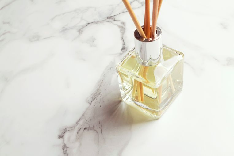 Horizontal aromatherapy reed diffuser air freshener with copy space Beeld Getty Images/iStockphoto