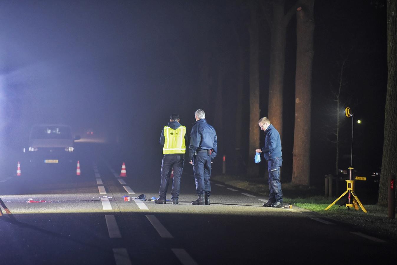 De politie doet onderzoek op de plaats waar de verdachte is neergeschoten.