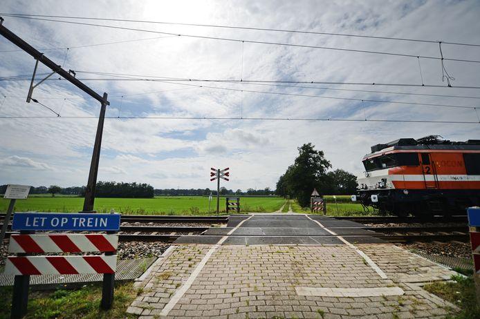 Het weggetje Het Vlier eindigt na het passeren van de onbewaakte spoorwegovergang in het niets.
