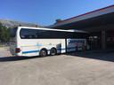 Een passagier denkt op dit station een uur pauze te hebben, maar dat is slechts een kwartier. Ze moet met de taxi achter de bus aan.