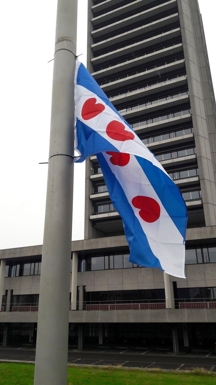 De Friese vlag hangt sinds kort voor het provinciehuis van Brabant.