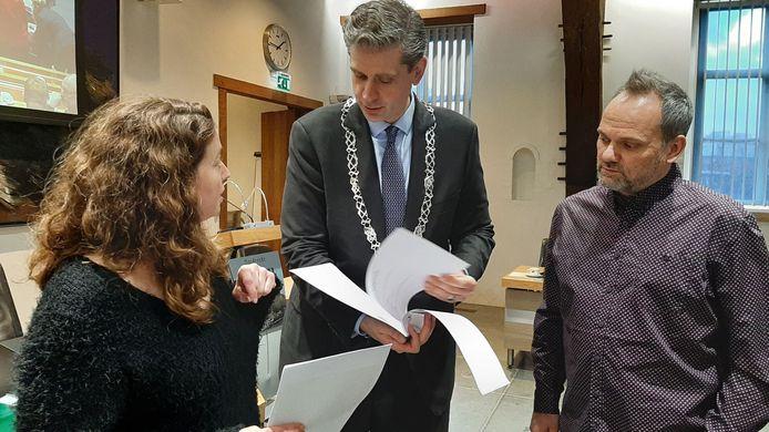 Daniëlle Vol en Timothy van der Holst van veganistisch restaurant Daantje overhandigden 1600 handtekeningen voor burgerinitiatief Berckepoort aan burgemeester Wouter Kolff van Dordrecht. Het mocht tot op heden niet baten.