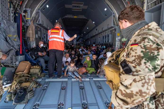 Het Duitse leger heeft een gezin uit München gered uit Kaboel. Militairen gingen in een geheime missie op pad in de door de taliban bezette stad om de leden van het gezin op te halen, aangezien de situatie op en rond de luchthaven steeds gevaarlijker wordt.
