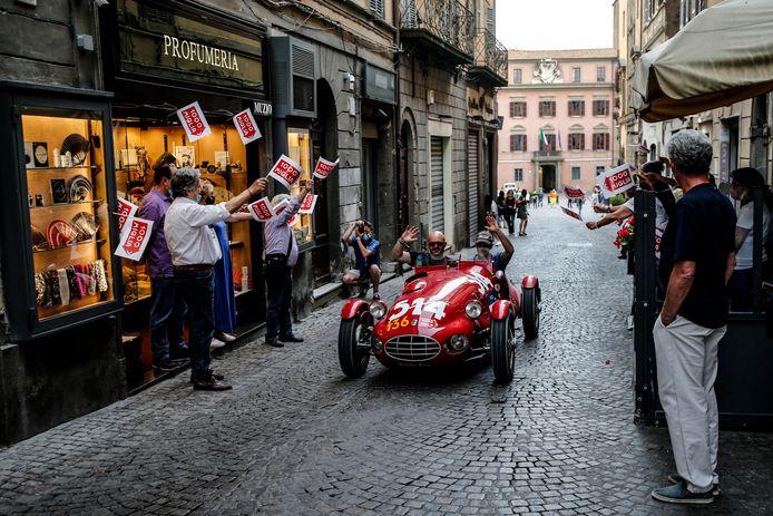 Uit 1948 komt deze Fiat 1100 Siluro. De bewoners van het plaatsje Viterbo heten hem hartelijk welkom.