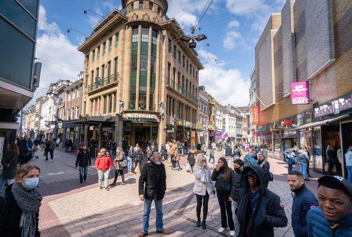 """Drukte op viersprong Grote Oord in het Arnhemse stadshart. ,,Het verschil met vorige week zaterdag, vóór de versoepelingen, was groot."""""""