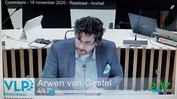 Screenshot van de uitzending van het debat over de supermarkt aan de Gastelseweg. Aan het woord Arwen van Gestel (VLP).