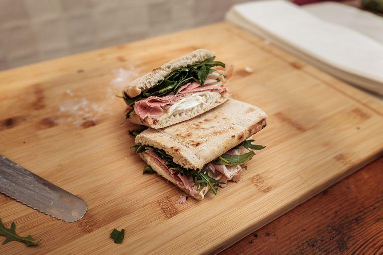 Het broodje van De Plank 69 op de Zeedijk. Beeld Jakob van Vliet