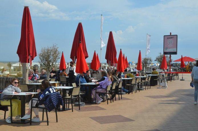 Het lekker warme weer van zondag inspireerde veel mensen om een terrasje aan zee te bezoeken.