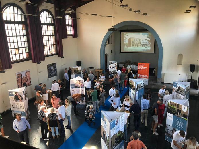 In de kapel van De Koepel waren donderdagavond veel belangstellenden voor de verkoopbijeenkomst van 14 woningen aan de Wilheminasingel.