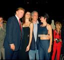 Donald Trump met zijn toenmalige vriendin (nu vrouw Melania) werden in 2000 gekiekt met Jeffrey Epstein en zijn partner Ghislaine Maxwell in de Mar-a-Lago club in Palm Beach, Florida.