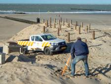 Strandpost en paviljoen Westkapelle verder het strand op om groei duinen mogelijk te maken