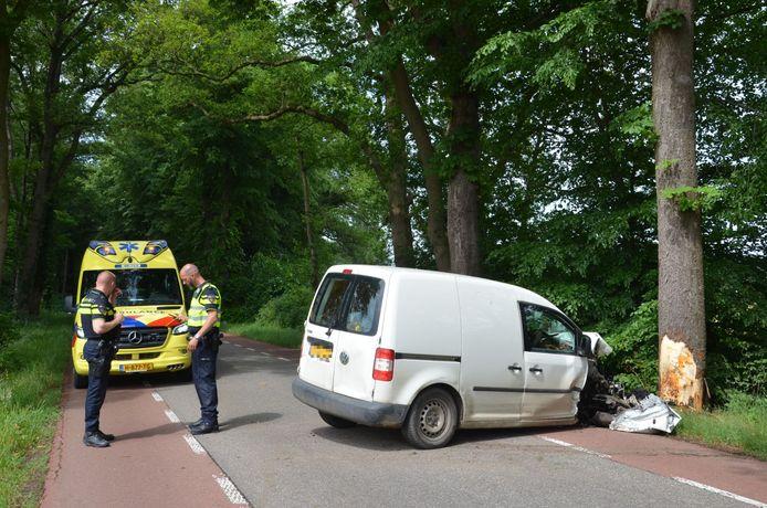 Bestuurder gewond na botsing tegen boom op N826 bij Almen.