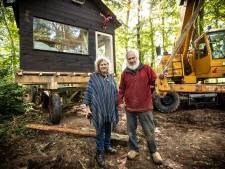 Echtpaar uit De Lutte weigert sloop en laat boomhut uit bos hijsen: 'Nu staat-ie op wieltjes!'