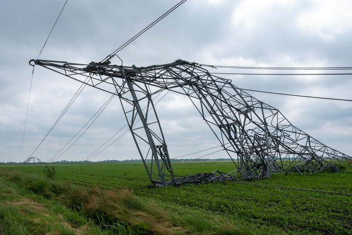 Elektriciteitsmasten bij Oosterwolde begaven het vrijdagavond, toen het noodweer over de regio trok. Ze werden vermoedelijk ontwricht door een valwind, met windstoten van 130 à 140 kilometer per uur.