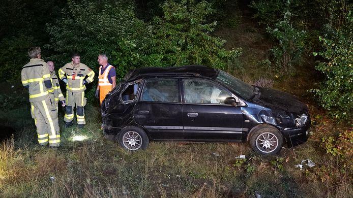 De beschadigde auto in de berm langs de A1