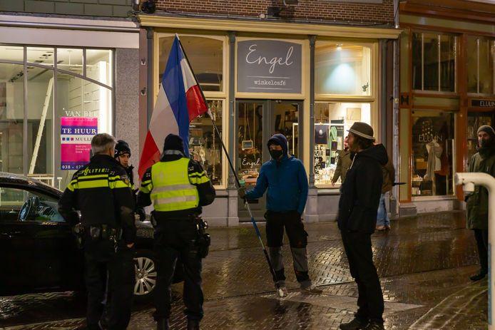 Politie in gesprek met mensen in het centrum van Zwolle.