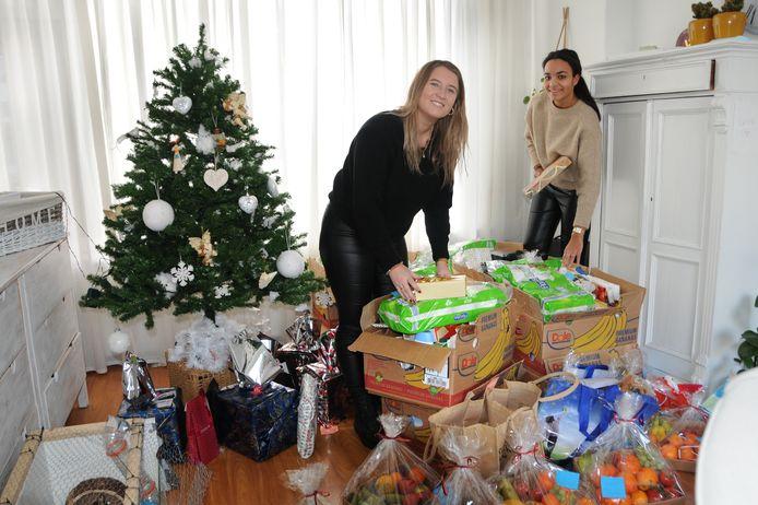 De woonkamer van Amy Johnson (r) in Zierikzee staat vol met de spullen die zij samen met Laura Lafranca (l) heeft ingezameld.