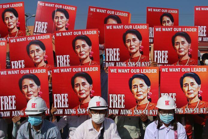 Protest in Myanmar tegen het huisarrest van Aung San Suu Kyi.