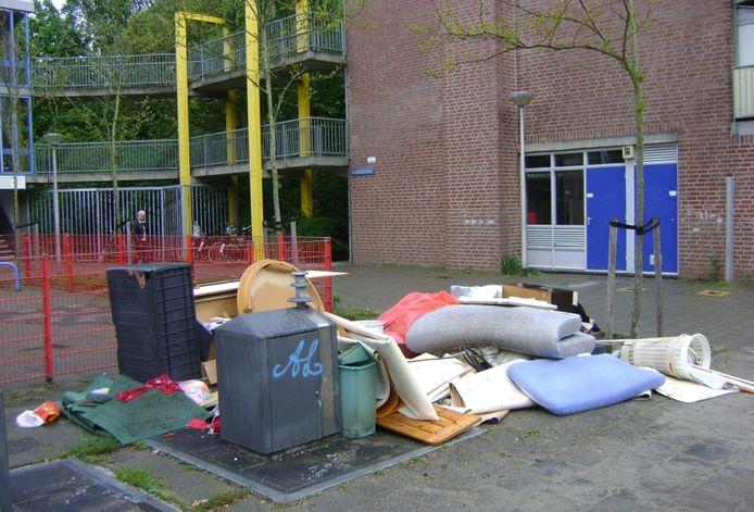 Grofvuil naast ondergrondse containers is nu al een probleem in Delft.