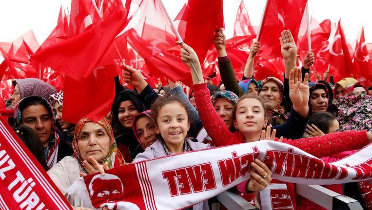 Erdogan-aanhangers vieren feest in Ankara. Beeld epa