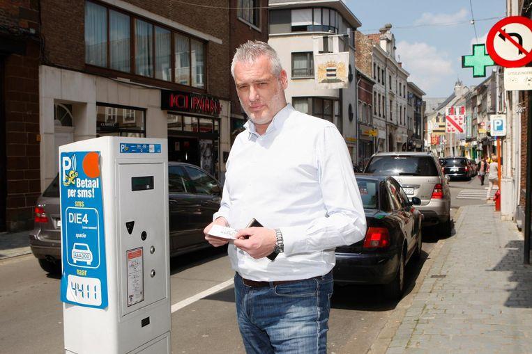 Christophe De Graef aan een oude parkeerautomaat. Vanaf 16 september komen de nieuwe in gebruik, intussen kan je op het stadhuis hiermee oefenen.
