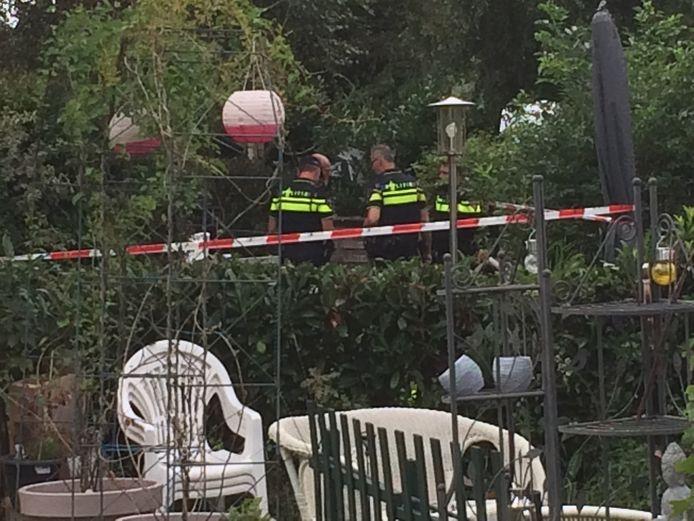 De omgeving rondom de uitgebrande caravan is afgezet. De politie doet onderzoek.