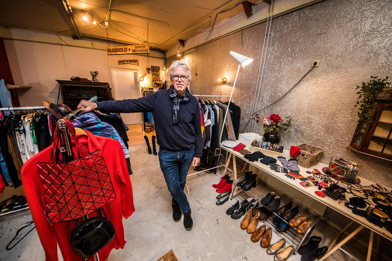 """Theodor van der Velde begin januari in zijn charity pop-upstore aan de Von Heydenstraat. """"Hier is echt iets afgesloten."""""""