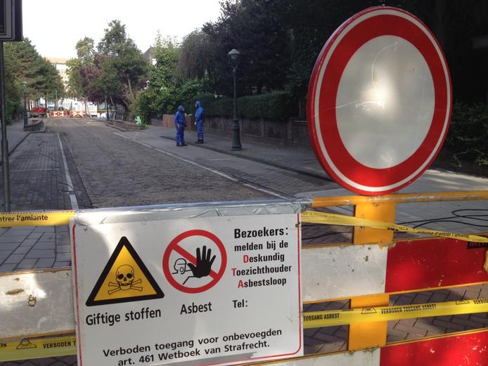 Mannen met blauwe pakken verwijderen asbest in de Bossche Enckevoirtstraat.