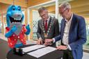 Een van de fikse investeringen die Oisterwijk achter de rug heeft: het nieuwe zwembad en sporthal Den Donk waarvoor burgemeester Hans Janssen vorig jaar tekende.