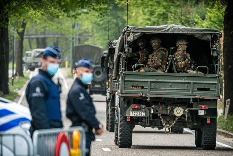 Belgische militairen op zoek naar hun collega Jurgen Conings, die na diefstal van zware wapens en bedreigingen aan het adres van Belgische virologen spoorloos verdween. Beeld Rob Engelaar