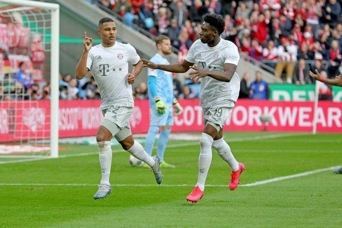 Gnabry (l) scoorde twee keer namens Bayern München.