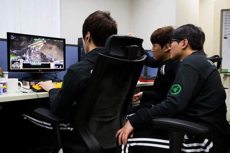 Gamers in Seoul spelen StarCraft om de computer te trainen. Beeld getty