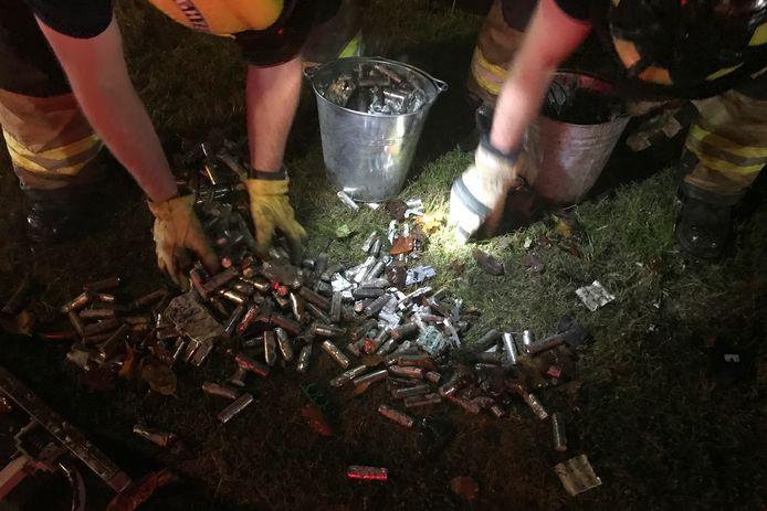 De hulpdiensten in de weer met enkele van de honderden batterijcellen die vrijkwamen bij de crash.