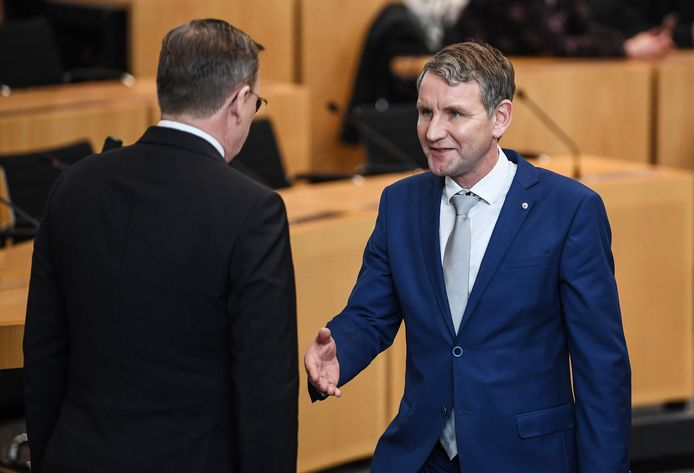 De kersverse minister-president Bodo Ramelow (L) weigert Björn Höcke de hand te schudden.