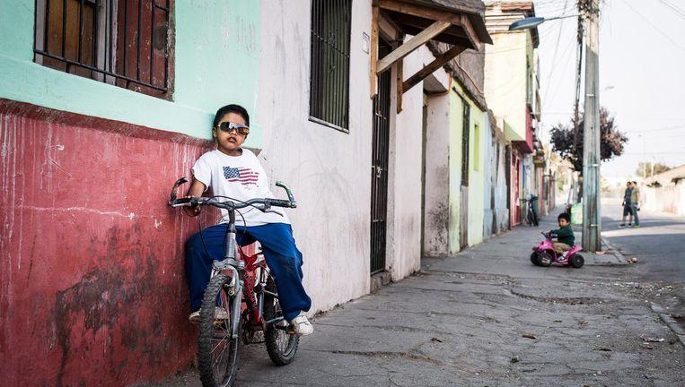 In Chili is de samenleving sterk geïndividualiseerd. Veel gezinnen trekken naar de hoofdstad Santiago op zoek naar werk. Maar de concurrentie is enorm. 'Veel kinderen ervaren een gebrek aan aandacht van hun ouders.' Beeld Jonas Wresch