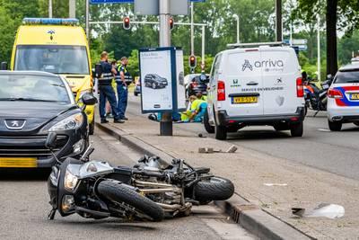Motorrijder slipt en valt hard tegen stoeprand op Ringbaan West in Tilburg